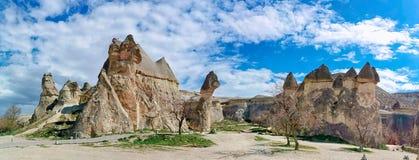 Panoramautsikt av f?r?lskelsedalen i den Goreme byn, Turkiet arkivbilder