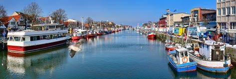 Panoramautsikt av förändraen Strom - gammal kanal av Warnemà ¼nde Mecklenburg-Vorpommern, Tyskland Arkivbilder