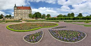 Panoramautsikt av för ¼strow för slott GÃ Tyskland med den palatslika trädgården Royaltyfri Fotografi