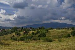 Panoramautsikt av för- sommar med byar Plana Arkivbilder