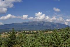 Panoramautsikt av för- sommar med byar Plana i berget Plana Arkivfoton