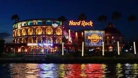 Panoramautsikt av f?rgrika och upplysta Hard Rock Cafe p? bl? nattbakgrund p? Universal Studios omr?de lager videofilmer