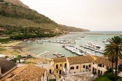 Panoramautsikt av fjärden med port i Castellammare del Golfo, Sicilien royaltyfria bilder