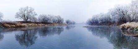 Panoramautsikt av floden på den dimmiga morgonen för nedgång Arkivfoto