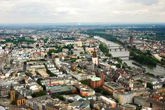 Panoramautsikt av Frankfurt på floden rhine i Tyskland royaltyfri fotografi