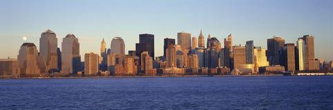 Panoramautsikt av fullmånen som stiger över lägre Manhattan horisont, NY var internationell handeltorn lokaliserades Arkivfoto