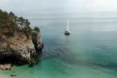 Panoramautsikt av genomskinligt vatten för Stilla havetblått, en modern lyxig yacht för vit sport royaltyfria foton