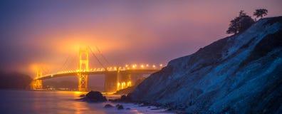 Panoramautsikt av Golden Gate i dimma från den Mashall stranden Arkivfoto
