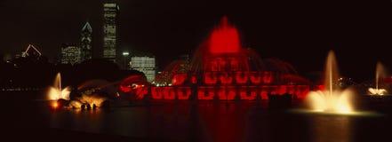 Panoramautsikt av Grant Park och den Buckingham springbrunnen på natten, Chicago, IL Arkivfoto