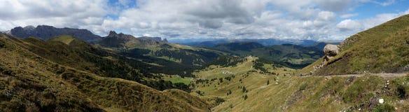 Panoramautsikt av härligt dolomiteberglandskap i södra tyrol/Alp de Siusi Arkivfoto