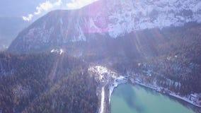 Panoramautsikt av härligt vitt vinterunderlandlandskap med snöig bergtoppmöten gem Kristallklart berg arkivfilmer