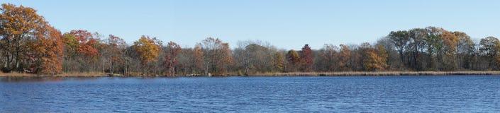 Panoramautsikt av höstlövverk på Kendrick Pond royaltyfri fotografi