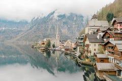 Panoramautsikt av Hallstatt och den traditionella österrikiska wood byn med platsen för arv för UNESCOvärldskultur Royaltyfri Bild