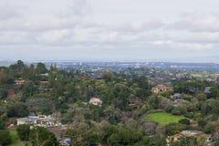 Panoramautsikt av halvön på en molnig dag; sikt in mot Los-alter, Palo Alto, Menlo Park, Silicon Valley och Dumbarton royaltyfri bild