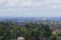 Panoramautsikt av halvön på en molnig dag; sikt in mot Los-alter, Palo Alto, Menlo Park, Silicon Valley och Dumbarton royaltyfri fotografi