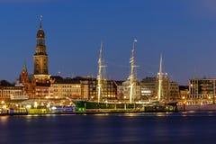Panoramautsikt av hamnen av Hamburg Arkivfoton
