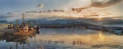 Panoramautsikt av hamnstaden i Severo-Kurilsk, ö Paramushir, Ryssland fotografering för bildbyråer