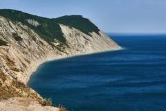 Panoramautsikt av havskusten på vänstersidafjärden, på rätten havet Black Sea Supseh, Anapa, Krasnodar region, Ryssland royaltyfria bilder
