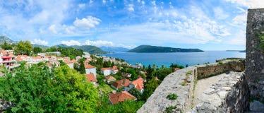 Panoramautsikt av Herceg Novi och fjärden från fästningväggen arkivfoto