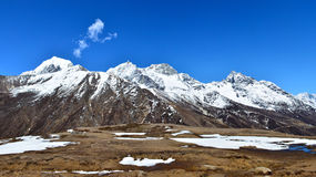 Panoramautsikt av himalayasna från den Machhermo byn, Nepal Royaltyfri Foto