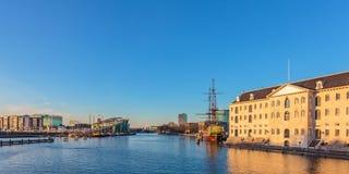 Panoramautsikt av historiska byggnader i Amsterdam Royaltyfria Bilder