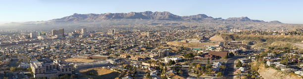 Panoramautsikt av horisont och centret av El Paso Texas som ser in mot Juarez, Mexico Royaltyfri Fotografi