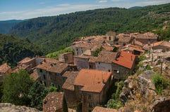 Panoramautsikt av hus och tak av byn av Châteaudouble Arkivfoto