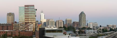 Panoramautsikt av i stadens centrum Raleigh, NC - Oktober, 2018: Raleigh norr Carolina Night Skyline arkivbild