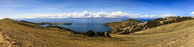 Panoramautsikt av Isla del Sol & x28en; Ö av sun&en x29; , Sjö Titicaca, Bolivia Royaltyfri Fotografi