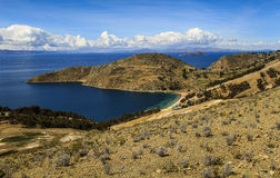 Panoramautsikt av Isla del Sol & x28en; Ö av sun&en x29; , Sjö Titicaca, Bolivia Royaltyfri Foto
