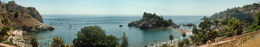 Panoramautsikt av Isola Bella (den härliga ön): liten ö n Arkivbilder