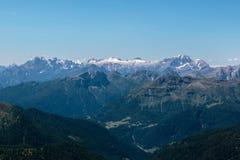 Panoramautsikt av italienska Dolomitesfjällängar i sommar Tid Arkivfoton