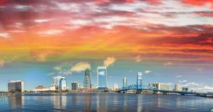 Panoramautsikt av Jacksonville horisont på skymning, Florida Arkivbild