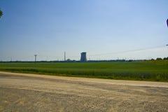 Panoramautsikt av kärnkraftverket Grafenrheinfeld i Bayern, Tyskland royaltyfri bild