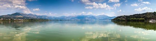 Panoramautsikt av Kastoria sjön, Grekland Arkivfoto