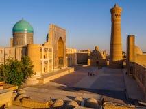 Panoramautsikt av komplexet Poi Kolon - moské Kolon och minaret Bukhara, Uzbekistan royaltyfri foto