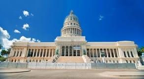 Panoramautsikt av kubansk Kapitoliumbyggnad som lokaliseras i havannacigarr Royaltyfria Foton