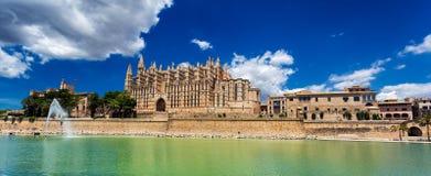 Panoramautsikt av La Seu - domkyrka av Santa Maria av Palma, Palma de Mallorca royaltyfri foto