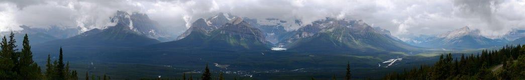 Panoramautsikt av Lake Louise och omgeende berg Royaltyfri Bild