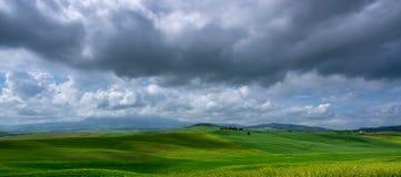 Panoramautsikt av landskapet av Riveret Valley nära Pienza i Tuscany Arkivbild