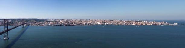 Panoramautsikt av Lissabon med 25na de Abril Bridge på den Tejo floden, Portugal royaltyfria foton