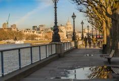 Panoramautsikt av london från flodbanken Arkivfoton