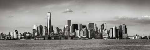 Panoramautsikt av Lower Manhattan- och New York City skyskrapor svart & vit arkivfoton