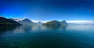 Panoramautsikt av Lucerne sjön med schweiziska fjällängar i vår Arkivbilder