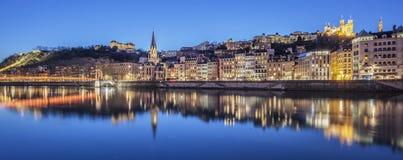 Panoramautsikt av Lyon med Saone River vid natt Royaltyfri Fotografi