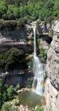 Panoramautsikt av 115m den höga vattenfallet av Salt de Sallent, med den mycket lilla regnbågen Arkivfoton