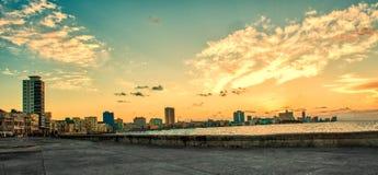 Panoramautsikt av malecon i havana på solnedgången Arkivfoton