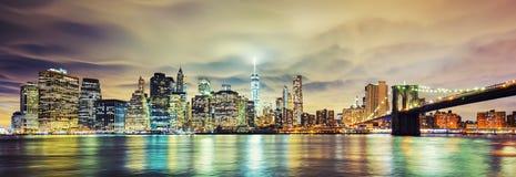 Panoramautsikt av Manhattan på natten Fotografering för Bildbyråer