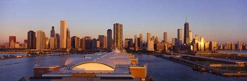 Panoramautsikt av marinpir- och Chicago horisont på soluppgång, Chicago, IL Royaltyfria Foton