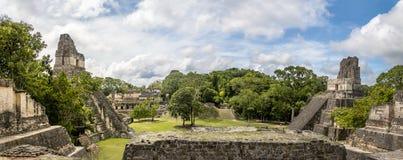 Panoramautsikt av Mayan tempel av den Gran plazaen eller Plazaborgmästaren på den Tikal nationalparken - Guatemala Royaltyfria Bilder